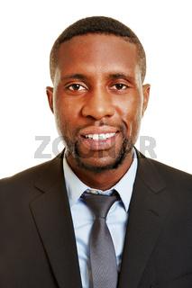 Afrikanischer Geschäftsmann lächelt frontal