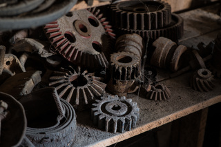 Zahnräder auf einem Dachboden