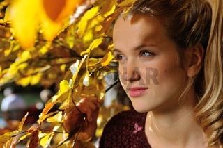 Junge Frau vor Herbstlaub