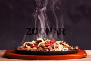 Dampfender Sizzler mit Nudeln