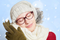 Schlafende Frau im Winter im Schnee