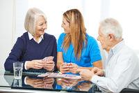 Senioren spielen gemeinsam Karten im Altenheim