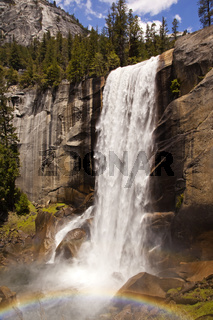 Vernal Fall Wasserfall mit Regenbogen im Yosemite Nationalpark, Kalifornien, USA