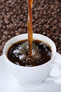 Heißen Kaffee eingießen in Kaffeetasse Tasse