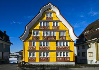 Haus mit geschweiftem Giebel im Appenzeller Stil