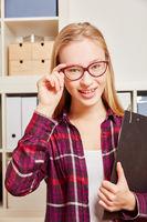 Frau mit Brille und Klemmbrett