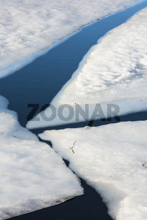 Eisschollen in einem Bergsee, Moskenesoya, Lofoten, Norwegen