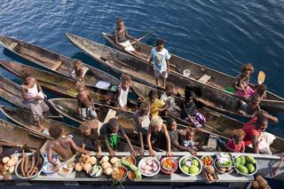 Bootsmarkt, Einheimische verkaufen Obst und Gemuese, Salomonen