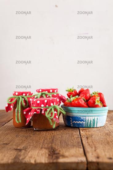 Marmelade aus Erdbeeren auf einem Holztisch