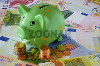 Sparschwein, Euro Geldscheine und Münzen zum Thema Finanzen