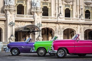 In Reihe parkende Cabriolet Oldtimer in Kuba Havanna