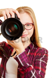 Frau mit digitaler Kamera als Fotograf