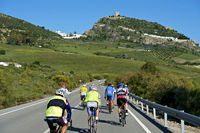 Radfahrer auf einer Landstrasse bei Zahara de la Sierra