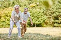Senioren spielen voller Vitalität Frisbee