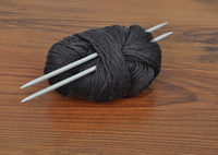 Wollknaeuel  mit Stricknadeln - Ball of wool with knitting needles