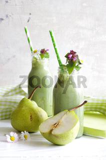 grüner Smoothie mit Wildkräutern und Birne