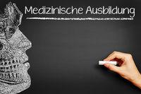 Hand schreibt Medizinische Ausbildung an Tafel
