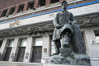 Rathaus in Oslo mit Skulptur