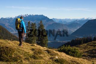 Wanderer vor Bergkamm