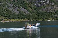Schlauchboot mit Passagieren im Geirangerfjord
