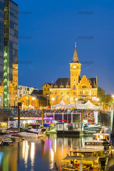 Yachthafen, Open Air Kino, Kranhaus und ehemaliges Hafenamt, Rheinauhafen, Köln, Nordrhein-Westfalen, Deutschland, Europa