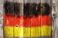 deutsche farben auf alter bretterwand