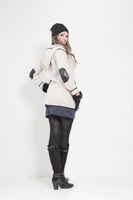 Junge Frau mit modischer Winterbekleidung