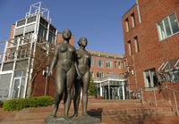 Bronzefiguren vor dem Landgericht Itzehoe