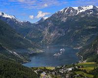 Blick vom Aussichtspunkt Flydalsjuvet auf zwei Kreuzfahrtschiffe im UNESCO-Weltnaturerbe Geirangerfjord