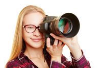 Frau als Fotografin beim Fotografieren