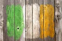 irische  farben auf alter bretterwand