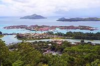Blick auf die künstliche Luxusinsel Eden Island vor der Insel Ma