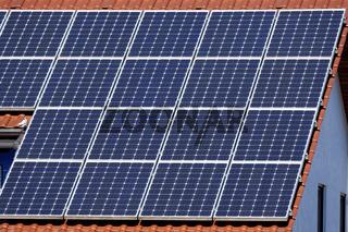Solarzellen auf einem Hausdach