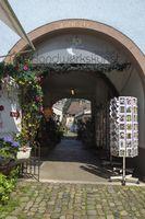 Ladenpassage in der historischen Altstadt von Staufen