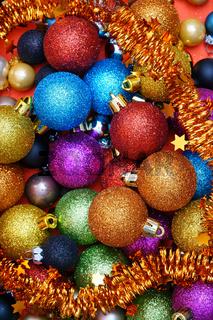 Weihnachtlicher Hintergrund aus bunten Christbaumschuck