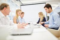 Geschäftsleute machen Brainstorming