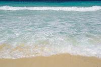 Wellen und Gicht  am Traumstrand Grand Anse , Insel La Digue, Se