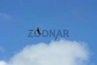 Segelflugzeug und Wolke am blauen Himmel