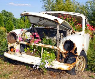 Altes Auto auf dem Schrottplatz