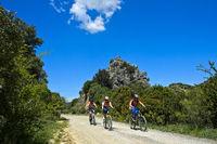 Radfahrer auf dem Radweg Grüner Weg Vía Verde de la Sierra zwischen Coripe und Olvera