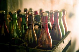 Alte Bierflaschen in einer Holzkiste