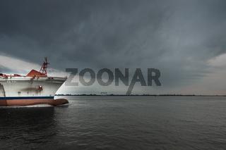 Bug eines Frachters auf der Elbe
