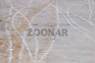 Betonfahrbahn mit Spuren der Baustelle