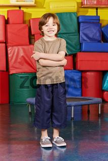 Kind in Turnhalle beim Kindersport