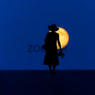 Frau wandert Vollmond klein