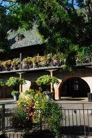 Üppiger Blumenschmuck an historischem Gebäude in Colmar