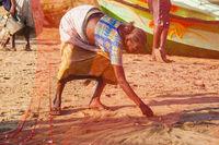 Alte Frau sammelt den Beifang auf, Strand in Negombo, Sri Lanka, Asien