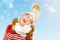 Frau beim Singen im Winter im Schnee