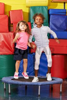Mädchen springen Trampolin in Vorschule