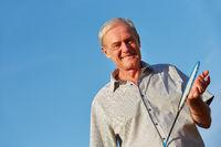 Alter Mann mit Federball Schläger